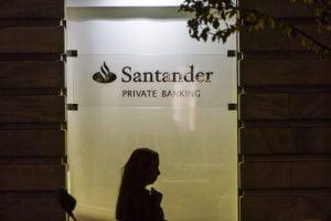 BBVA y Banco Santander financian el 60 % del armamento en España