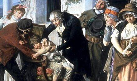 El largo viaje de la vacuna en hombros de los niños pobres