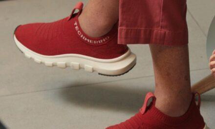 La derecha de los zapatos rojos